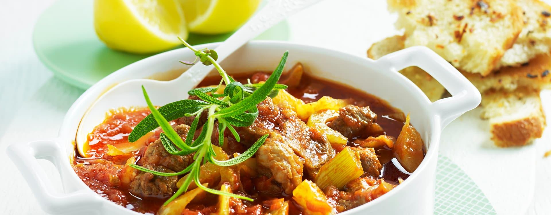 Rask hverdagsgryte med nakkefilet, tomat, stangselleri og hvitløksbrød