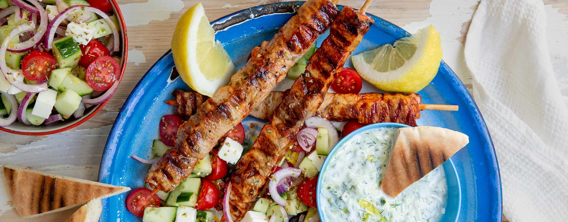Souvlaki av svin med enkel salat og tzaziki