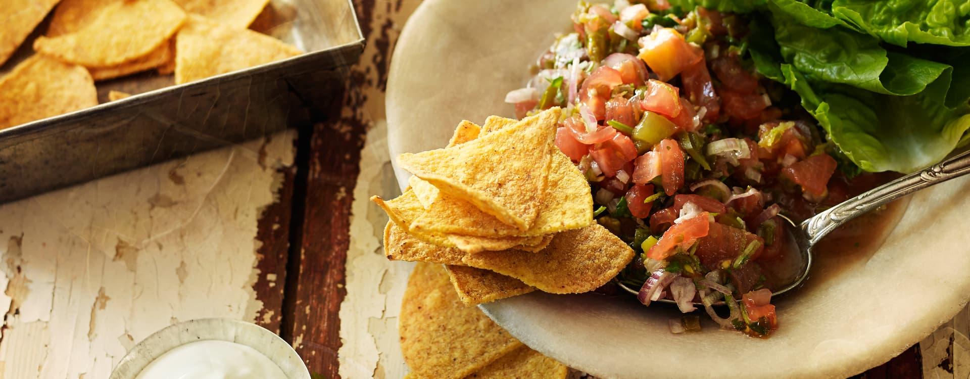 Sterk tomatsalsa med rømme og tortilla