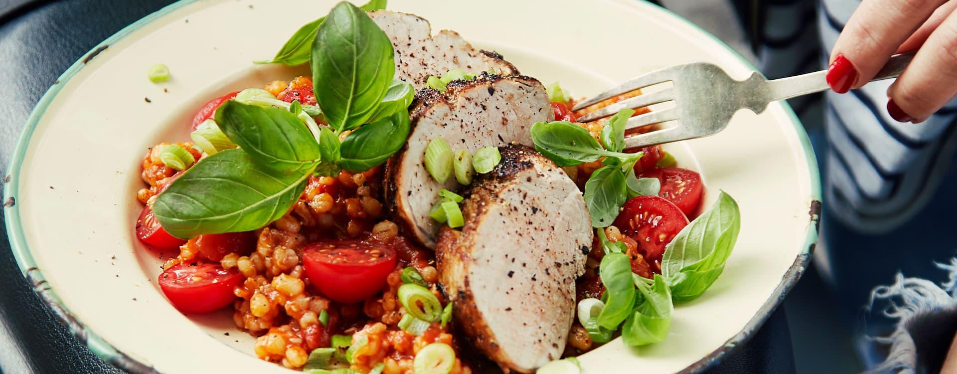 Stekt svinefilet med tomatkokt byggryn og basilikum