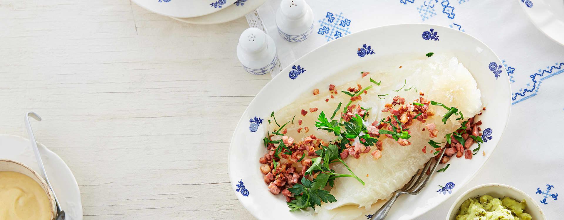 Lutefisk med poteter, bacon og varm sennepssaus med brunost