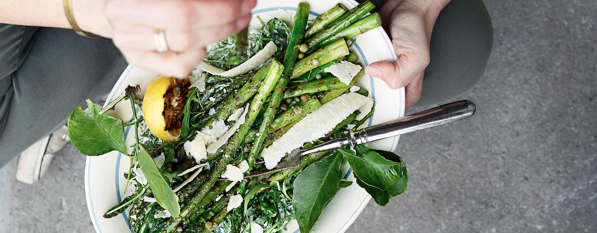 Grillet asparges med parmesan og kapers