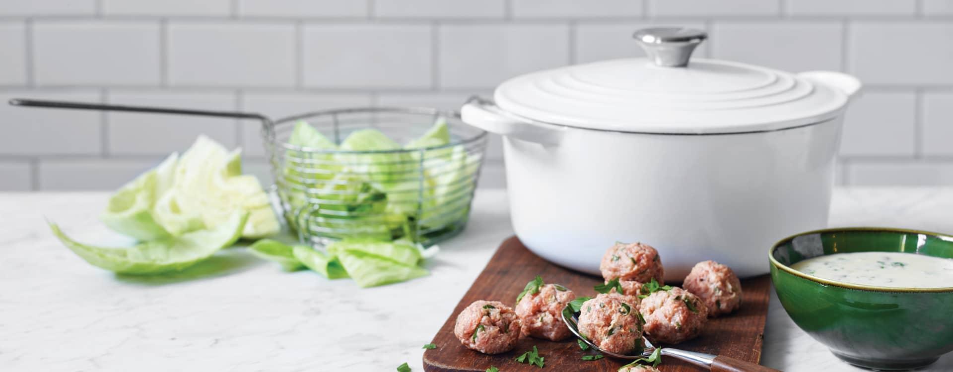 Persillestuet hodekål med urtekjøttboller og poteter