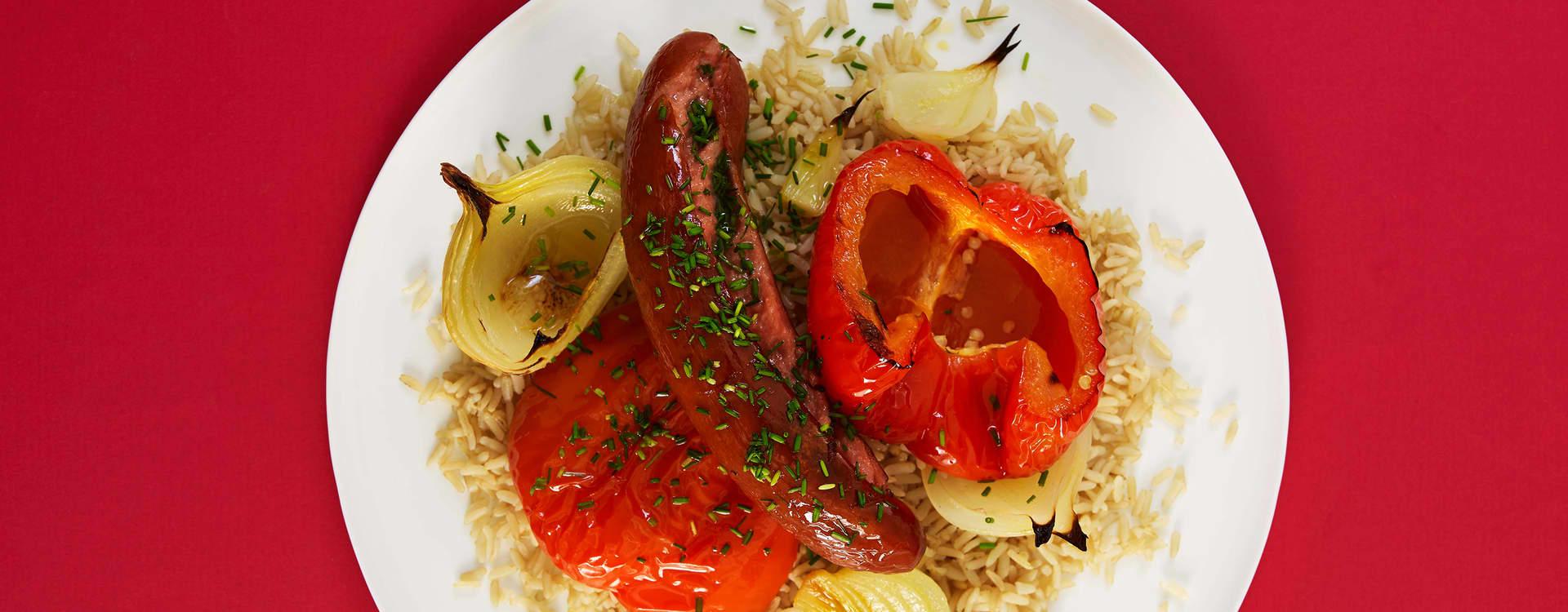 Ovnsbakt kjøttpølse med løk, paprika og ris
