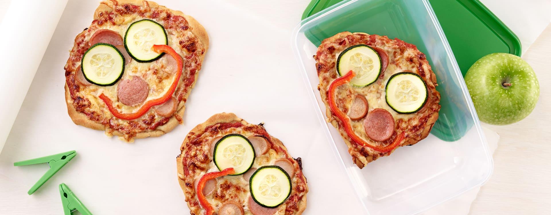 Barnas pizza med pølser grønnsaksketchup og ost