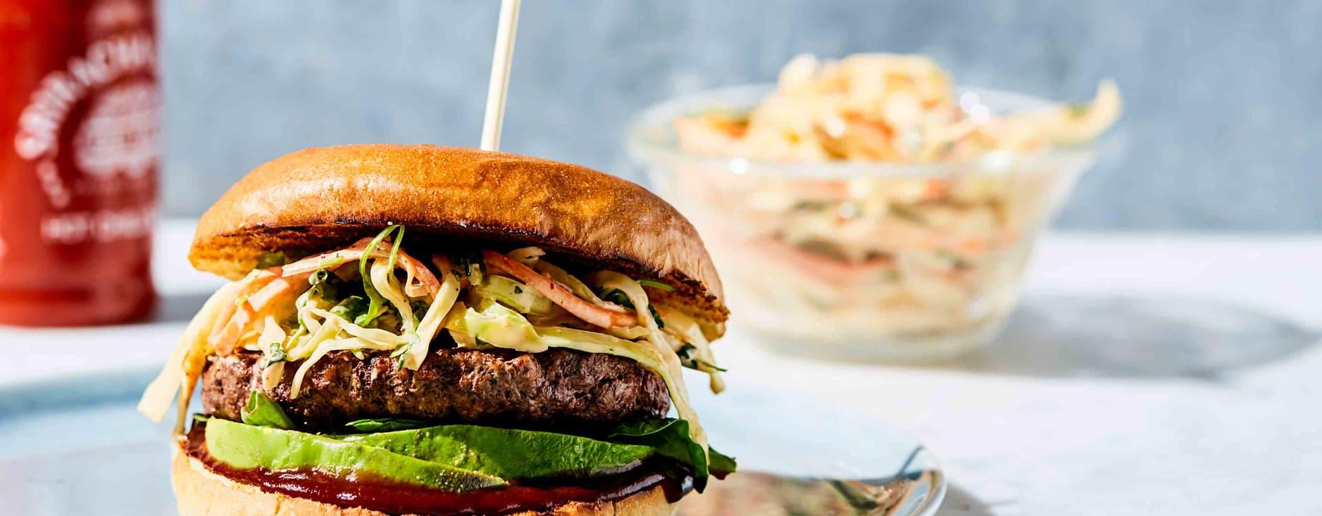 Beefburger med sriracha-coleslaw og avokado