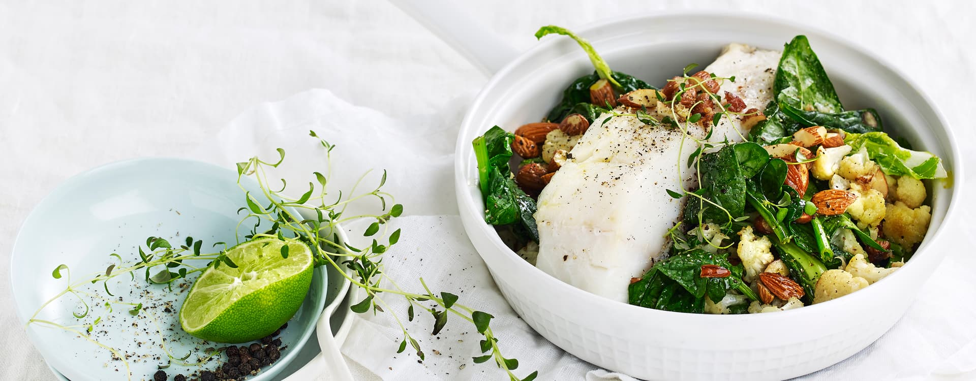 Lettsaltet torsk med pannestekt blomkål, spinat og mandel