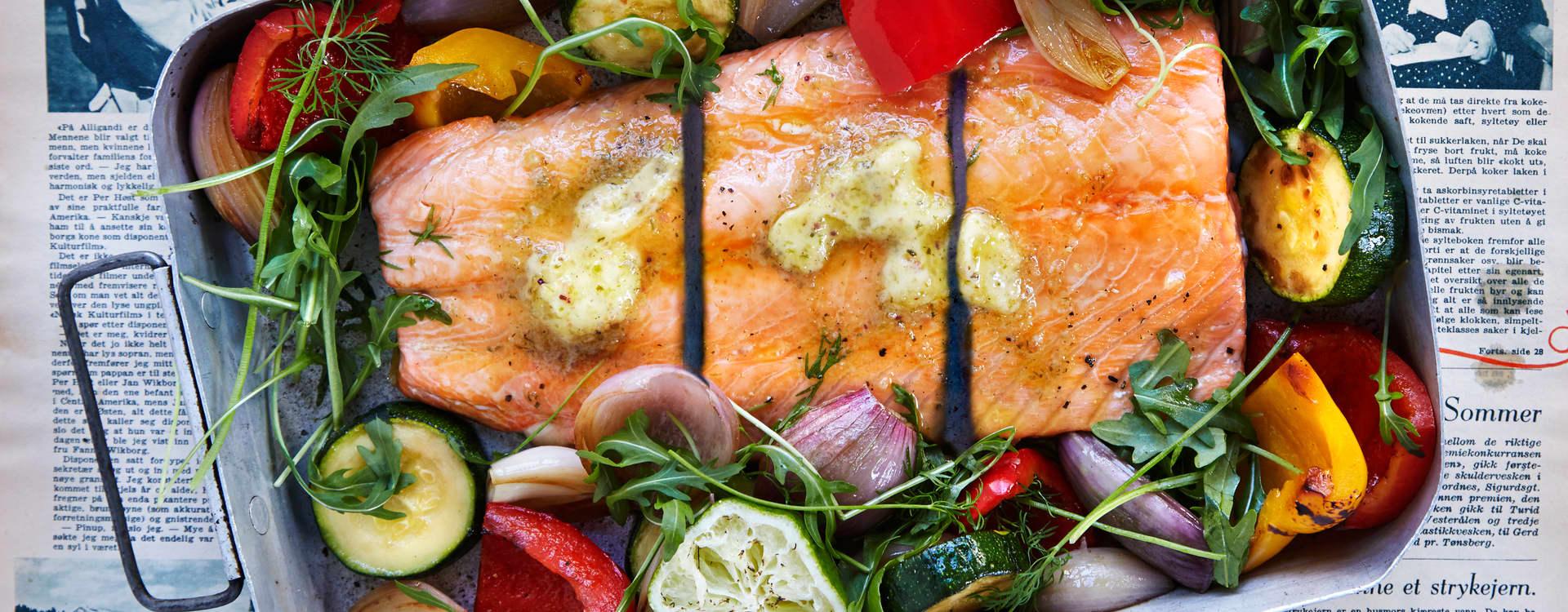 Ovnsbakt laks med limesmør og grillede grønnsaker