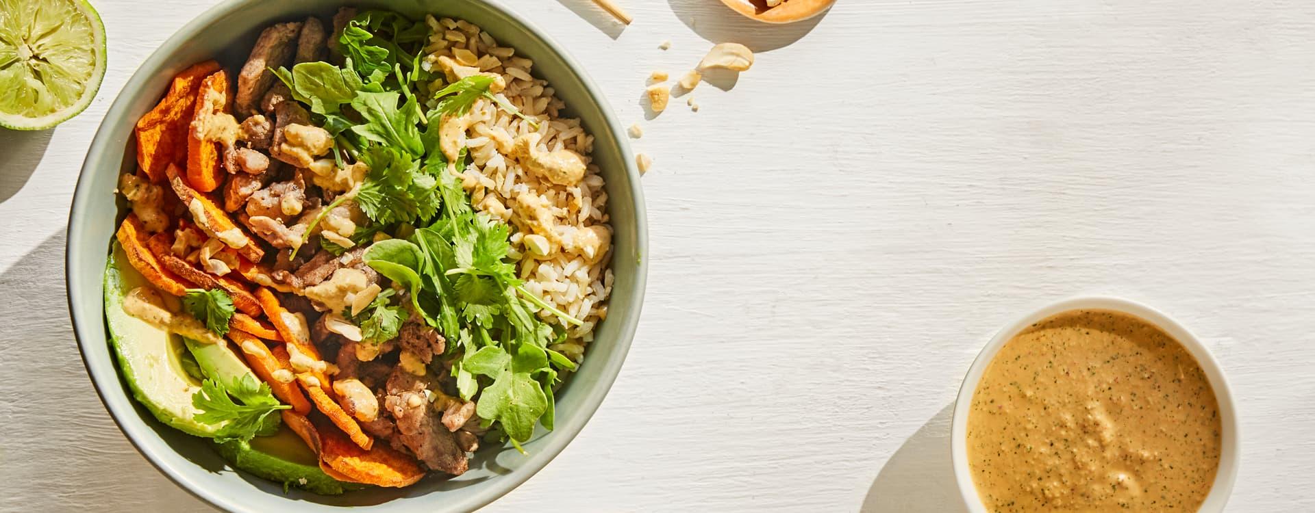 Strimlet svin med ris, ovnsbakt søtpotet og cashewdressing