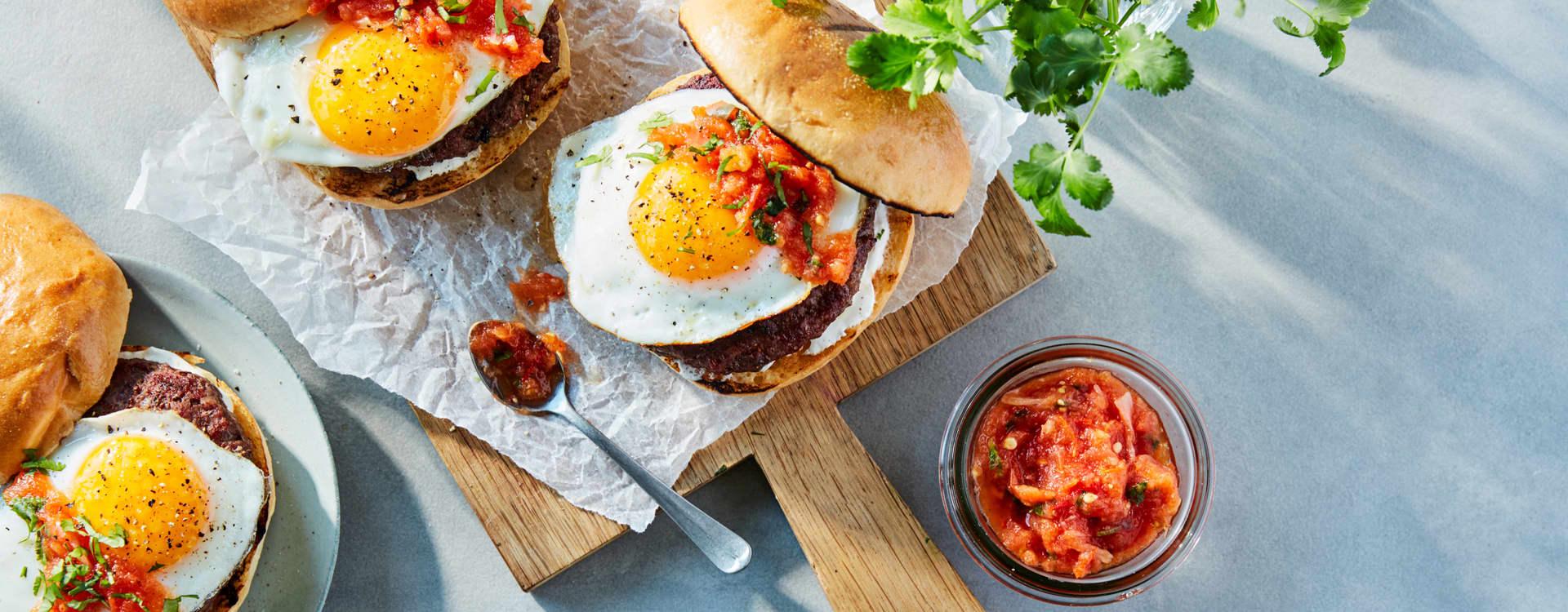 Baconburger med egg og salsa