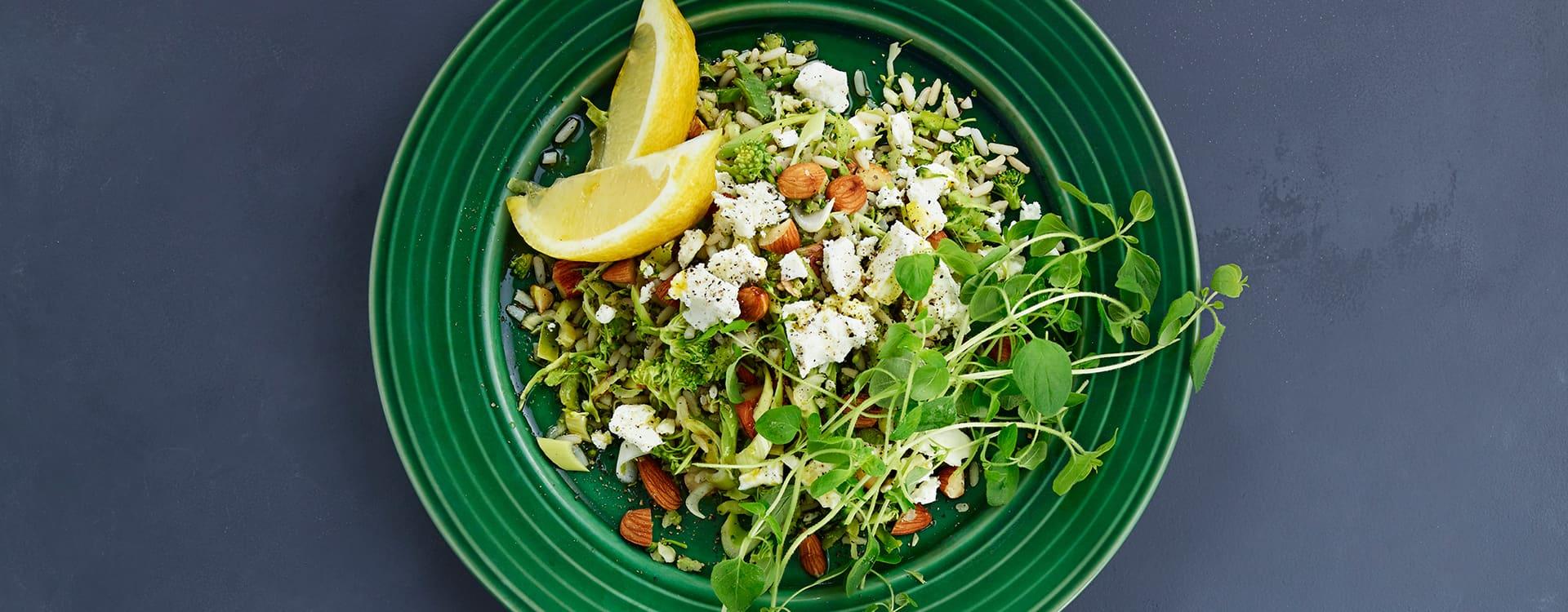 Rissalat med brokkoli, fetaost og mandler