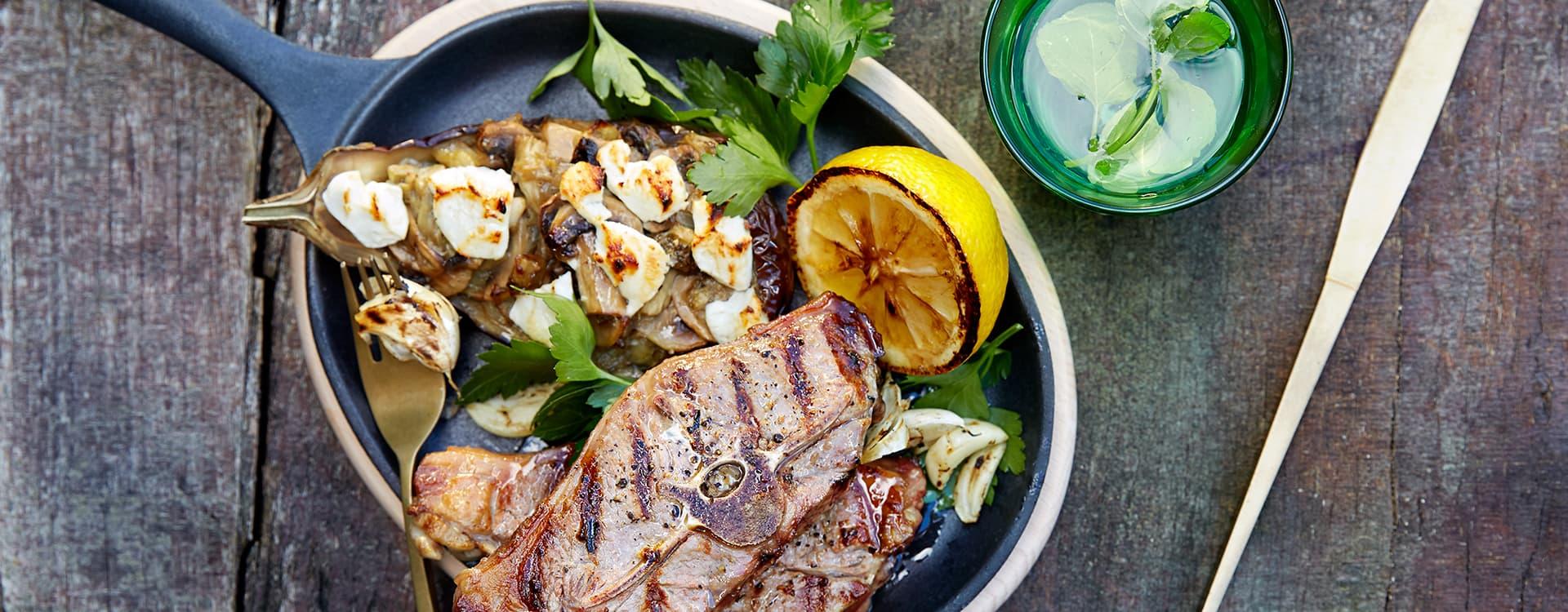 Stekte lammekoteletter og chevregratinerte auberginer
