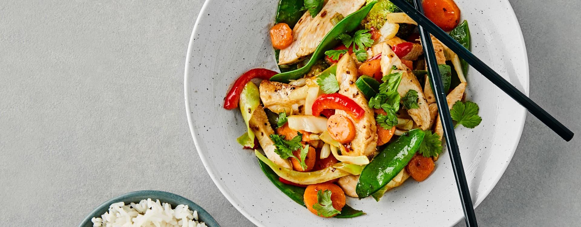 Asiatisk wok med kyllingfilet og ris