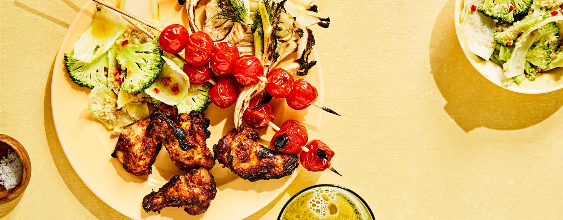 Grillet kylling overvinge med quinoasalat, grillede cherrytomater og fennikel