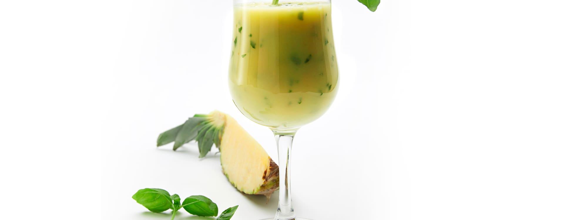Ananas smoothie med basilikum