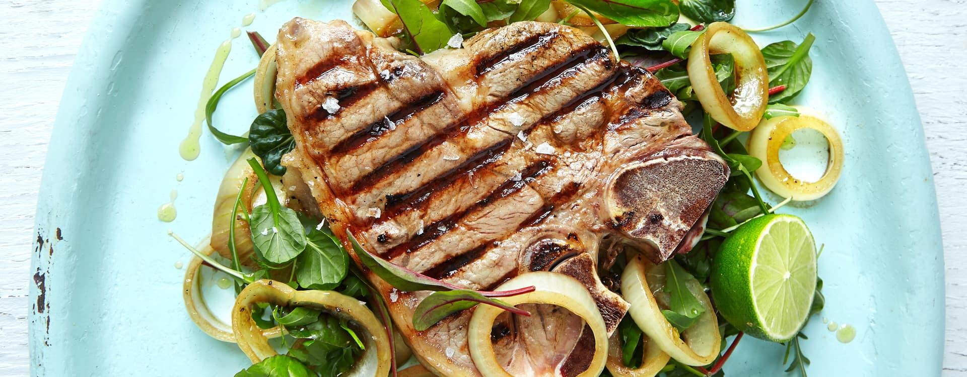 Grillet T-bone steak med honninggrillet løk, varm soyavinaigrette & salatblanding