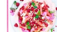 Pavlova med bringebær, melon og granateple
