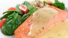 Laks med sennepssaus og hasselbakte poteter