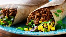 Fullkornstortilla fylt med kjøttdeig og ferske grønnsaker