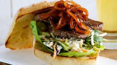 Biffburger med balsamicoløk og coleslaw