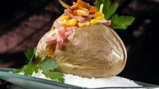 Bakt potet med mais, ost, skinke og kryddersmør
