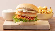 Fiskeburger med finrevet gulrot og hvitløksdressing