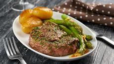 Hvitløksmarinert biff med dampet asparges og sjypoteter