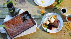 Brownie med karamellsaus og vaniljeis
