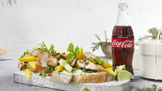 Middagstoast med skivet kyllingfilet, friske urter og spicy salat