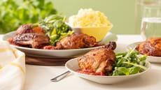 Grillet kylling med tomatsaus ogcrispy vårsalat