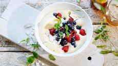 Eggedosis med bær marinert i limesaft og chili