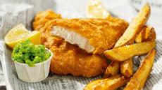 Fish & Crisp med ertemos og potetstaver