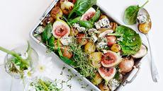 Lun salat med grillede småpoteter, spinat, friske fiken og blåmuggost