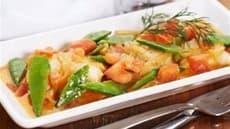 Fiskekarri med sukkererter og tomater