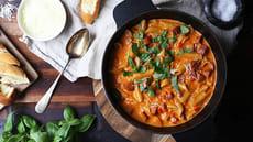 Kremet pastagryte med kjøttpølser