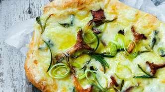 Hvit pizza med kantarell og rosmarin