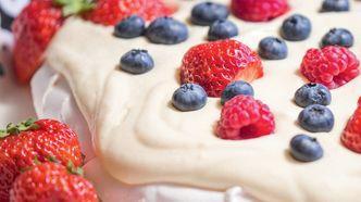 Mai: Pavlova med blåbær, bringebær og jordbær