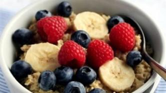 Havregrøt med frukt og bær