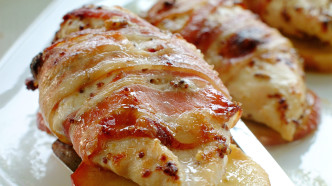 Kyllingfilet med eple og bacon