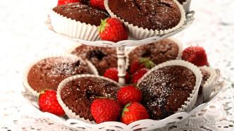 Saftige sjokolademuffins med jordbær