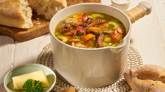 Fransk bondesuppe med biff, selleri og bacon