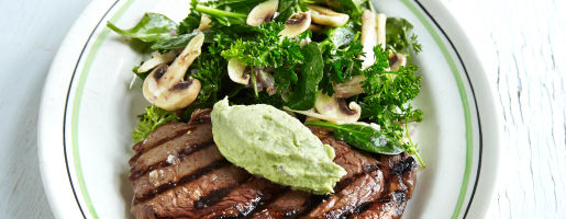 Grillet entrecôte med avokadosmør & salat av råmarinerte sjampinjonger