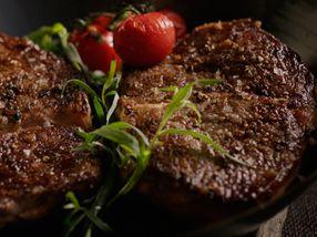 Pannestekt entrecôte med bakte tomater og ramsløksmør