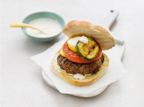 Hamburger med grillede grønnsaker og fetaostkrem