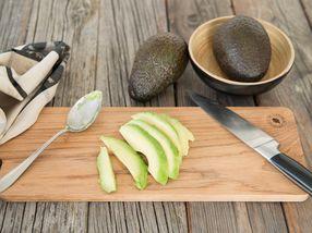 Slik skreller du en avokado