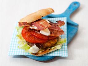 BBQ cheeseburger med bacon og grillede tomater