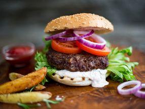 Cheeseburger med revet ost