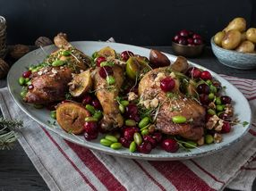 Ovnsbakte kyllinglår med edamame og tranebær