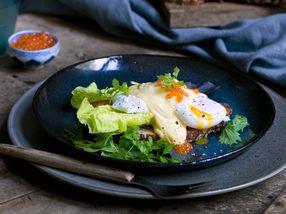 Toast med posjert egg og hollandaisesaus