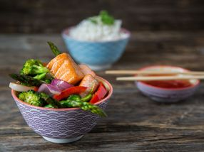 Wok med laks og grønnsaker